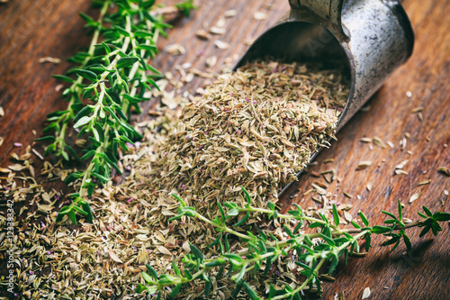 Fotografía  Fresh and dried thyme on a wooden table