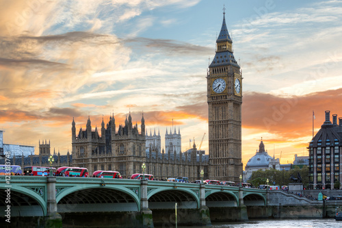 most-westminster-i-big-ben-w-londynie-o-zachodzie-slonca