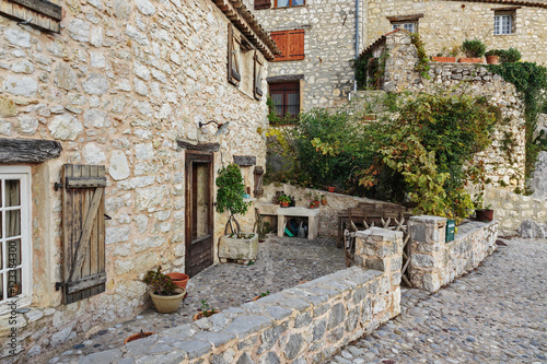 Fototapeten Schmale Gasse Street in the old town Tourrettes-sur-Loup in France.