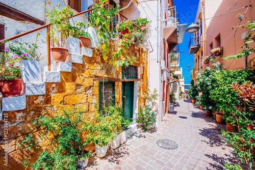 Obraz Śródziemnomorska alejka, Chania, wyspa Kreta, Grecja - fototapety do salonu