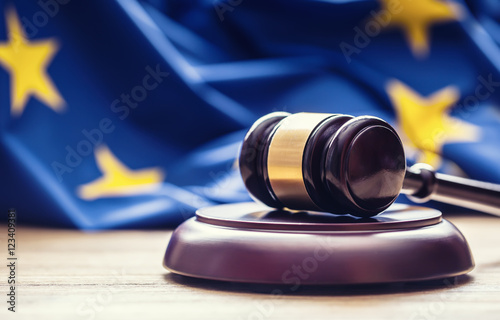 Foto  Judges wooden gavel with EU flag in the background