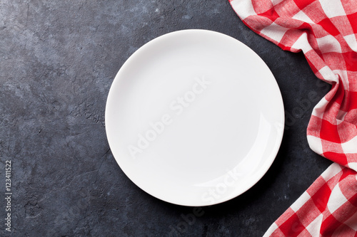 Foto  Empty plate and kitchen towel