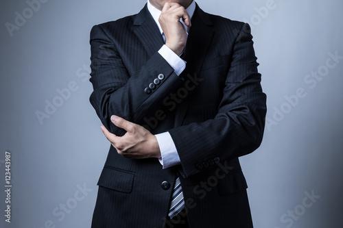 スーツを着ているビジネスマン、考える Billede på lærred