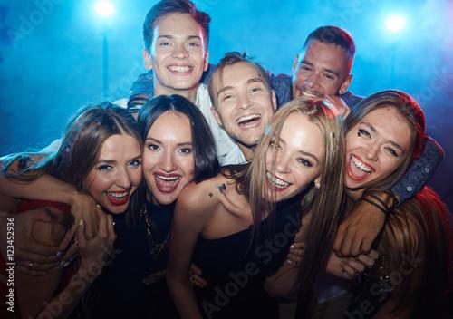 Fotografering Friends in nightclub