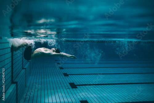 Photo Male swimmer turning over in swimming pool