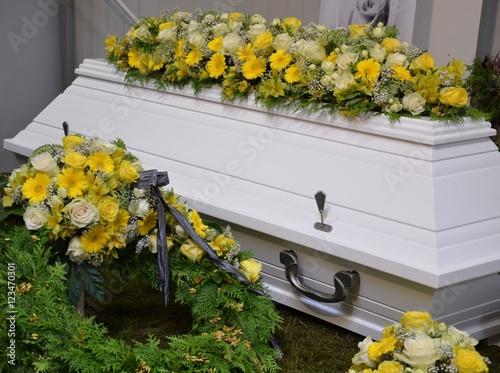 Weißer Sarg dekoriert mit vielen Blumen - Rosen, Gerbera, Lilien ...