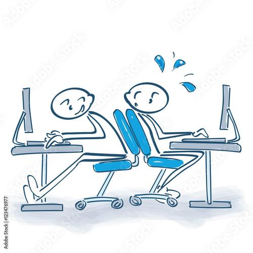 Bürostuhl comic  Strichmännchen mit rollenden Bürostuhl nach hinten und Platzmangel ...