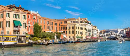 Stickers pour porte Venise Gondola at the Rialto bridge in Venice
