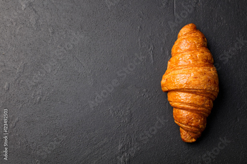 Fotografia Fresh croissant on a black slate background.