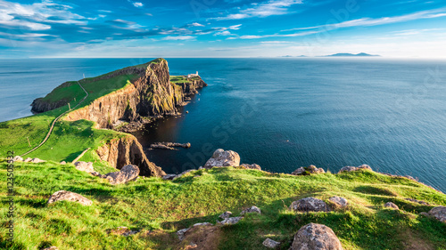 Photo Stunning dusk at the Neist point lighthouse in Isle of Skye, Scotland
