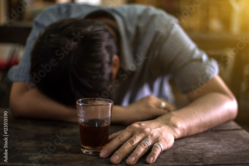 Fotografie, Obraz  drunk man with a glass of brandy.