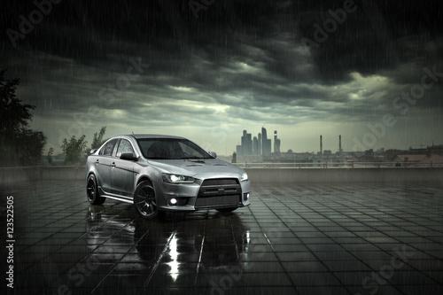 szary-samochod-w-deszczu-na-tle-miasta