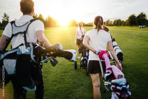 Junge Leute beim golfen