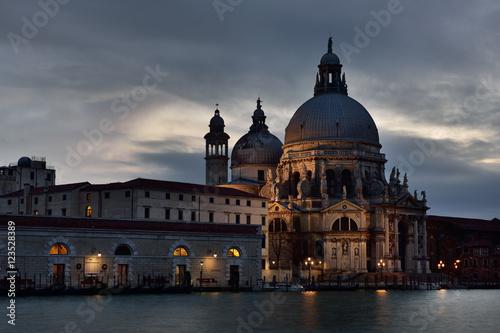 Staande foto Venice Canal Grande mit Santa Maria della Salute bei Nacht | Venedig