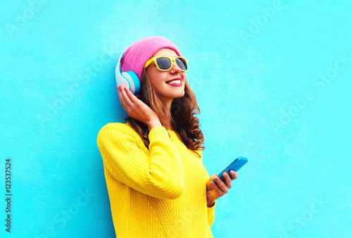 Poster de jardin Magasin de musique Fashion pretty sweet carefree girl listening to music in headpho