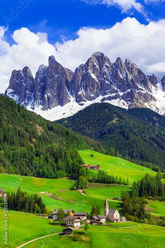 Fototapeta Impressive Alpine scenery - val di Funes in Dolomites mountains, Italy obraz
