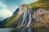 Krajobraz górski z pochmurnego nieba. Piękna przyroda Fiord Norway.Geiranger. Wodospad Siedmiu Sióstr - 123558592