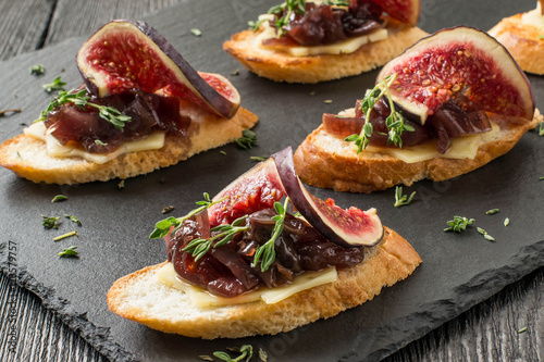 Photo sur Toile Entree Canape with cheese, onion jam, figs and thyme
