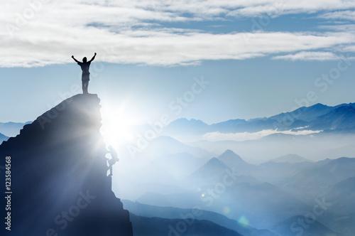 Fotografie, Obraz  Bergsteiger auf einem Gipfel im Gebirge bei Nebel