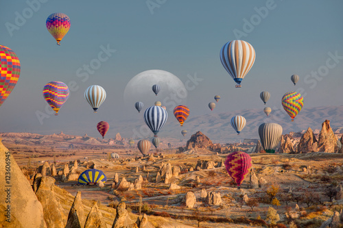 Poster Montgolfière / Dirigeable Hot air balloon flying over spectacular Cappadocia