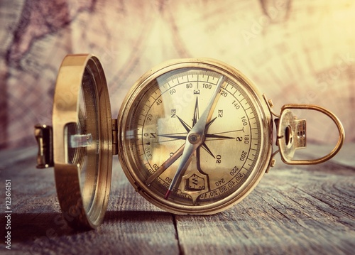 stary-kompas-na-vintage-mapie-styl-retro