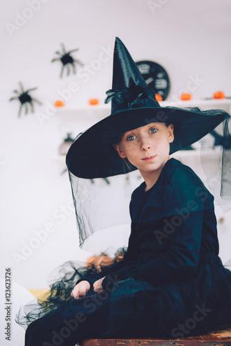 In de dag Illustratie Parijs Girl in Witch costume contemplating