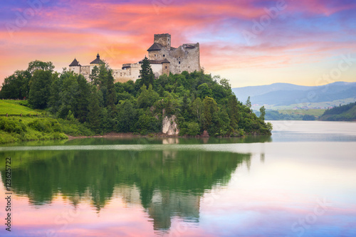 Poster Light pink Medieval Niedzica Castle at sunset, Poland