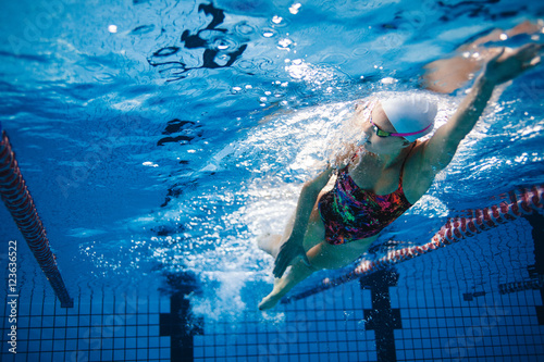Fotografía  Underwater shot of swimmer training in the pool