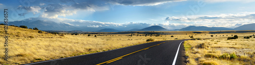 Keuken foto achterwand Arizona Beautiful endless wavy road in Arizona desert