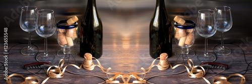 Pojęcie wakacji, uroczystości i picia wina. Kawałek wnętrza baru z butelkami wina, śrubami, kieliszkami do wina i korkiem do wina. Szeroka panorama.