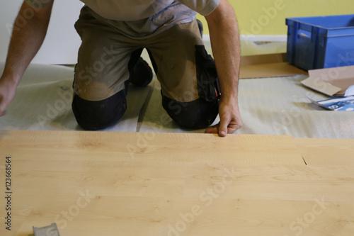 Schon Handwerker Verlegt Laminatfußboden