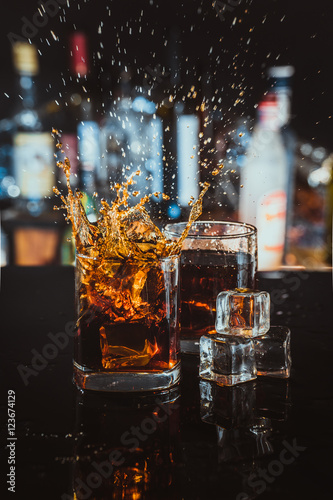 two glasses of whiskey on a blurred background bar Fototapete