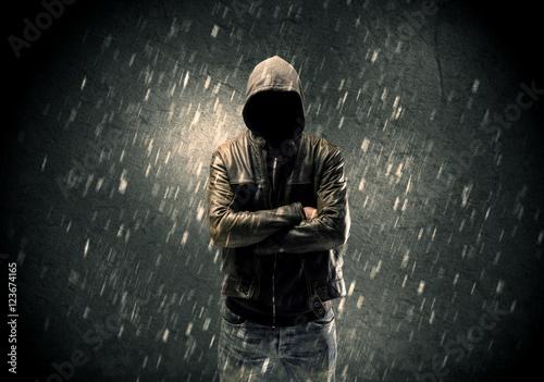 Fotografía  Unknown suspect standing in the dark