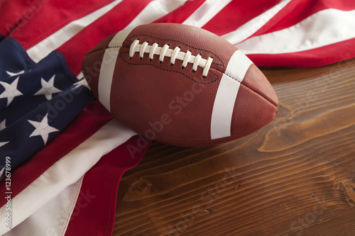 Plakat Futbol z flaga amerykańską na ciemnym sosnowym drewnianym tle
