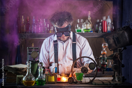 Fotomural crazy medieval scientist working in his laboratory
