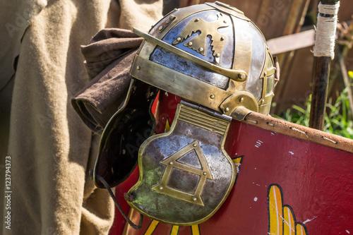 Fotografie, Obraz  Elmo da legionario romano su uno scudo