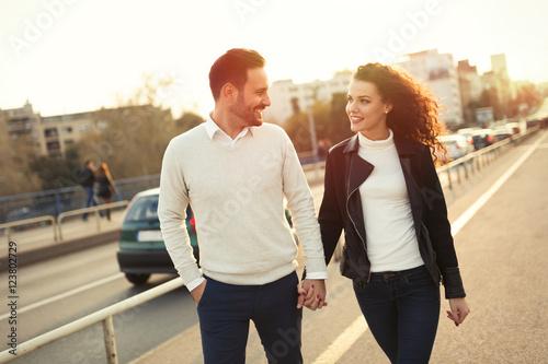 Fototapeta Beautiful couple exploring city obraz na płótnie
