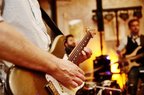 Fotografía  band spielt auf einer feier, e-Gitarre,