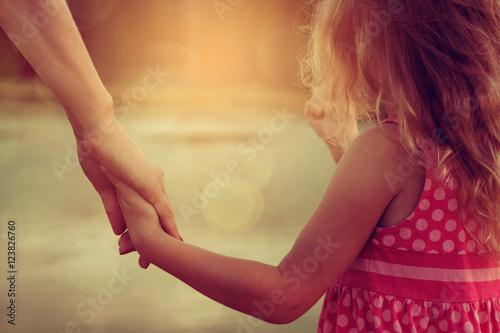 Carta da parati mother and daughter holding hands
