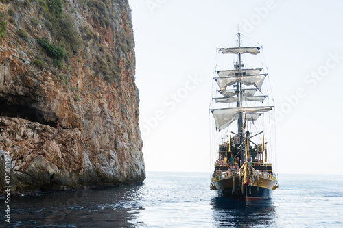 Keuken foto achterwand Schip pirate ship on the sea with people