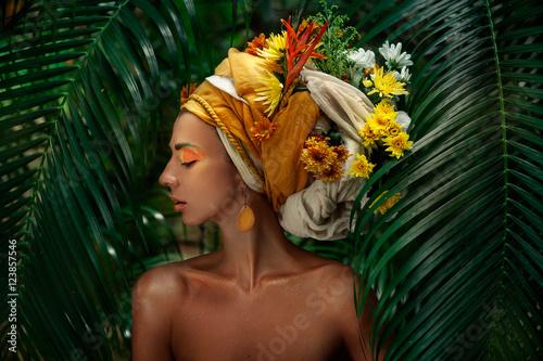 mloda-kobieta-w-turbanie-z-kwiatami