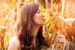 Frau mit einer Sonnenblume