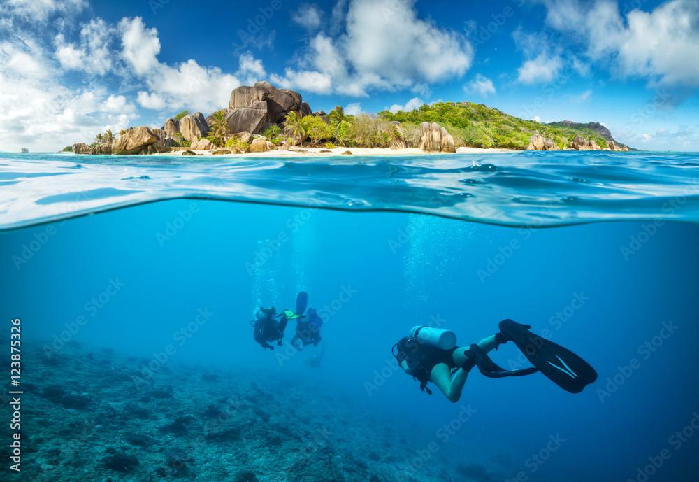 Fototapeta Divers below the surface in Seychelles