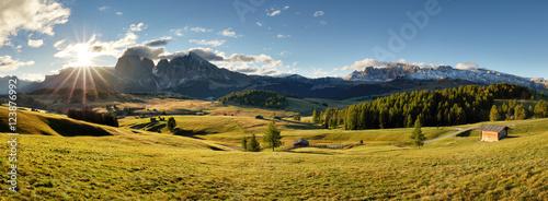 Plakat Alpy wschód słońca zielony krajobraz górski, Alpe di Siusi