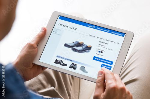 Fotografía  Man shopping online