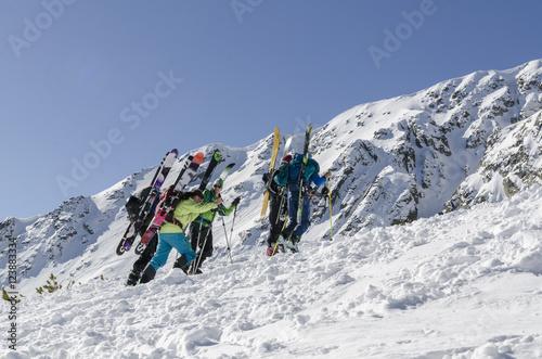 Poster Wintersporten Skiers at Bansko, Bulgaria