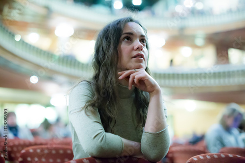 Photo young woman looking theatre performance.