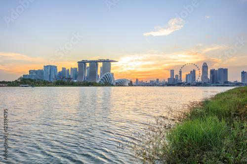 Photo  Panorama of central Singapore with water on foreground