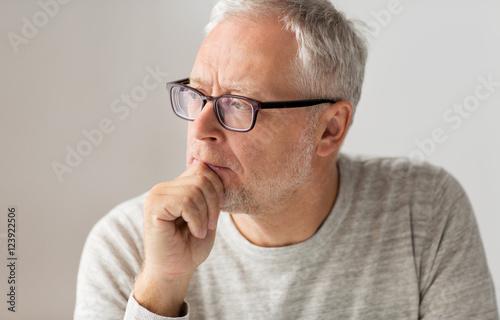 Fotografía close up of senior man in glasses thinking