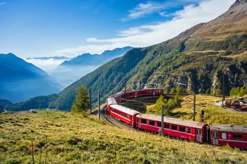 Fototapeta na wymiar Graubünden, Schweiz. Mit der Bahn von der Alp Grüm durch das Puschlav nach Tirano